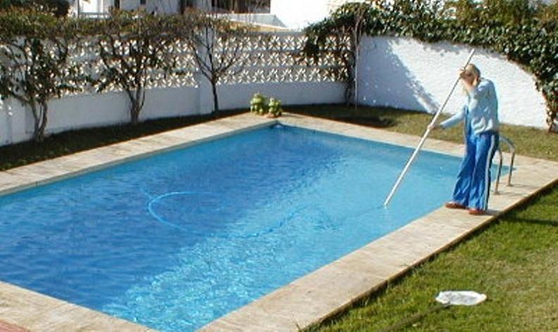 Nghề bảo trì bể bơi đơn giản mà lương cao tại Anh.